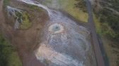 geiser : Strokkur Geyser. Geothermal Nature of Iceland. Aerial View. Drone is Orbiting Archivo de Video