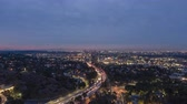dévoiler : Los Angeles Skyline at Morning Twilight. California, USA. Aerial Hyperlapse. View From Hollywood Hills. Drone Flies Forward and Upwards