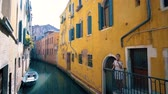 gondoliere : Canal and colorful houses Venice, Italy Filmati Stock