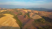 виноградник : Aerial nature landscape beautiful hills forests fields and vineyards of Tuscany, Italy Стоковые видеозаписи
