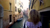 eski moda : Travel to Italy. Girl standing on the bridge in Venice. Beautiful well-dressed woman posing on a bridge over the canal in Venice, Italy. Europe travel vacation. Woman traveling to Venice.