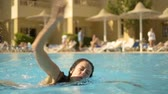 yoğun : The athletic girl swims in the pool Stok Video