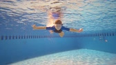 careta : Underwater little kid in swimming pool with mask Vídeos
