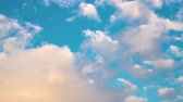 オゾン : Time lapse clouds, rolling puffy cloud are moving, white lightnes clouds time lapse. Ultra HD sunny clouds, Cloud running across the blue sky. 4k Timelapse of white clouds with blue sky in background. 動画素材