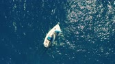 stožár : Sailboat in the ocean. White sailing yacht in the middle of the boundless ocean. Aerial view. Dostupné videozáznamy