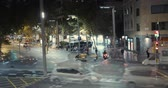 ingázó : Timelapse. View of traffic and pedestrians crossing busy intersection.