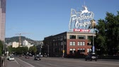 официальный : Portland Oregon White Stag sign at Burnside Bridge, Old Town, with traffic, release required from City of Portland for commercial use Стоковые видеозаписи