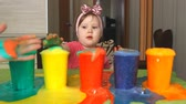 destino : The child is studying colors. Stock Footage
