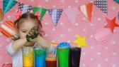 мерный стакан : Child are doing an experiment with colored foam. Dirty hands in paint. Study color for children. Multicolored liquid. Development of a preschooler.