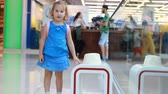 poczekalnia : Child girl tourist in an airport terminal wait for their flight. Vacation, travel