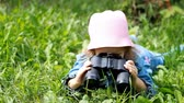 双眼鏡 : Child girl looking through binoculars and watching the nature