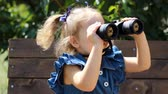 excursão : Child girl looking through binoculars and watching the nature