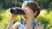 madármegfigzelés : Woman tourist looking through binoculars closeup. Stock mozgókép