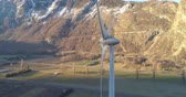 innovatie : windturbine in een vallei van de montain Stockvideo