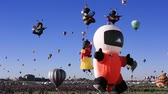 спортивный : Albuquerque, NM - October 5, 2013 -Hot air baloons at the annual Albuquerque Balloon Fiesta. Стоковые видеозаписи