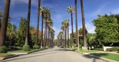 Голливуд : Beverly Hills, CA, USA - January 10, 2018: Driving down a Beverly Hills street with palm trees