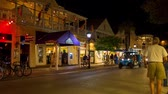 oeste : KEY WEST, FLORIDA, USA - JAN 18, 2017: Shops, bars and hotels in the twilight at Duval street in the center of Key West. Raw video source. Vídeos