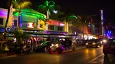 Майами : MIAMI - JANUARY 30: Nightlife at Ocean Drive street at South Beach . January 30th, 2017 in Miami, Florida. Raw dng source.