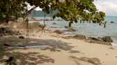 esfarrapado : Sea surf on Laem Ka Noi beach. Tattered rope on foreground. Phuket island, Thailand.