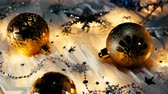 miçanga : Christmas and New Year background with shiny balls, sparkling snowflakes and confetti.