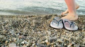 педикюр : Woman feet with flip flops on beach shore