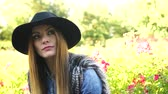 devaneio : Woman sad outdoor. Thoughtful girl wearing stylish black hat in park 4K Prores HQ codec Vídeos