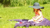 strohhut : Summer. Girl child in straw hat relaxing in the park.