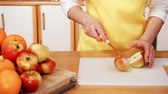 нож : Woman young housewife in kitchen at home preparing fresh salad slicing apple fruits on cutting board. Healthy eating, cooking, vegetarian food, dieting and people concept. 4K ProRes HQ codec Стоковые видеозаписи