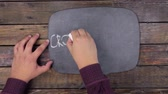 pensamento : Man writes the word CROWDFUNDING with chalk on a chalkboard, stylized as a thought.