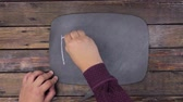 kreda : Man writes the word DASH with chalk on a chalkboard, stylized as a thought. Wideo