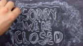 uithangbord : Text sorry were closed written with chalk on old blackboard. Stockvideo
