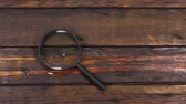 trabalhar fora : Crane lift, moving up, magnifying glass, lying on a beautiful, old wooden table with copy space.