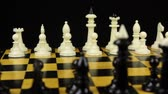 estratégico : Chess pieces are placed on the chessboard, the beginning of the chess game. Slider shot.