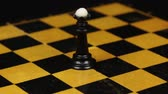 kraliçe : Rotation. Chess figure black queen on chess board. Close-up