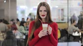 bebida quente : beautiful girl in a mall with a cup of hot coffee Stock Footage