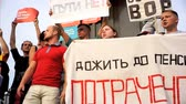 policista : RUSSIA, MOSCOW - AUGUST 09, 2018: Rally Against Pension Reform. The crowd shouts: PUTIN IS A THIEF