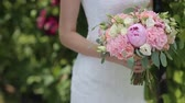 frezja : close-up of colorful wedding bouquet at brides hands Wideo
