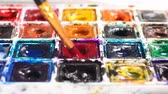 maler : Artist brush mix color oil painting on palette close up Stock Footage
