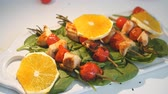 főétel : Chicken kebabs served with tomato cherry and greenery