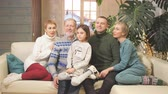 familia extensa : happy extended family sitting on sofa together. family tradition Archivo de Video