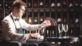 wijnen : Staff training for sommelier experts. All that is needed is wine etiquette, the rules for buying wine for the customer, decanting and pouring wine into glasses. Stockvideo