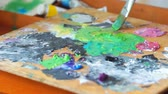 categoria : Artist diluting paint. Close up cropped video. Creative art