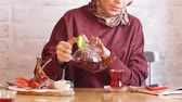 xale : Beautiful muslim business woman in hijab drinking tea in cafe.