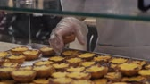 заварной крем : Traditional Portuguese egg hands take tart pasty cakes, dessert Pasteis de nata with different portuguese pastry on the cafe store window, pastel de nata
