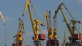 партия : The work of the port cranes.