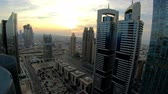 Time lapse of Dubai skyline and rush hour traffic in downtown Vídeos