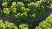 enrolamento : Aerial view of cars driving on a curvy mountain road