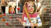 coringa : little girl threatens with baseball bat, harley quinn character, dangerous child, halloween party celebration, kids halloween killer costume, masquerade at all saints day, trick or treat, horror night Vídeos