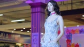 fraue : Kherson, Ukraine 22 Apr. 2017: Fashion-Wochenende in Fabrika Mall Fashion Week, Model professionell posieren auf Laufsteg im Kleid in Kherson, 22 Apr. 2017. Modenschau, professionelles Model in neue Kleidung entlang Podium