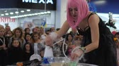 peruca : Kherson, Ukraine 31 October 2017: girl making soap bubbles with smok, show for people at shopping center in Kherson, 31 October 2017. Vídeos